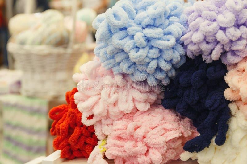 Шарики шерстей цветов на дисплее магазина стоковое фото