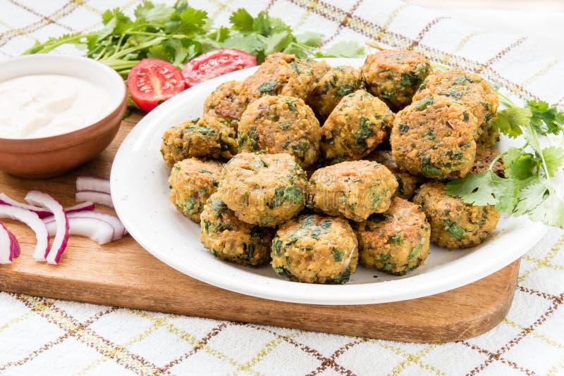 Шарики Falafel и свежие овощи на плите с sause стоковая фотография