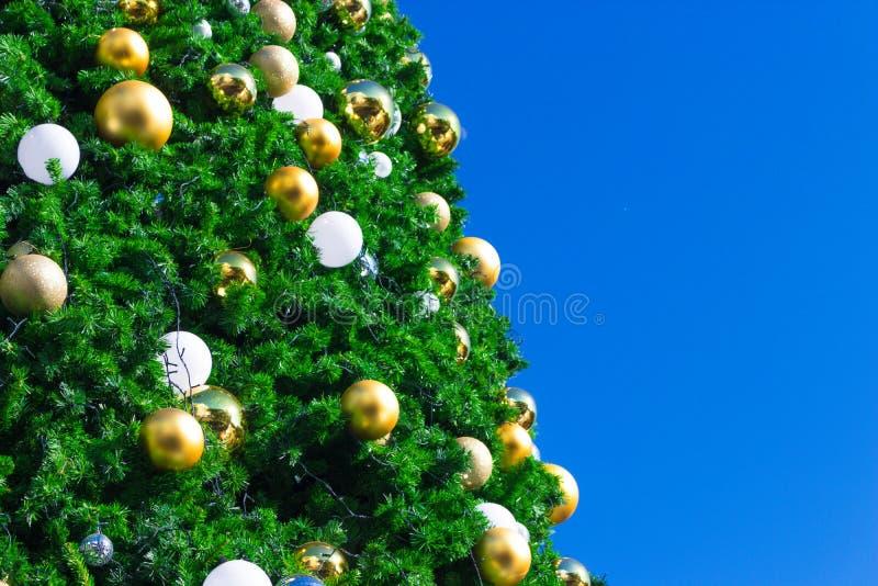Шарики shimmer золота и серебра на рождественской елке стоковые фотографии rf