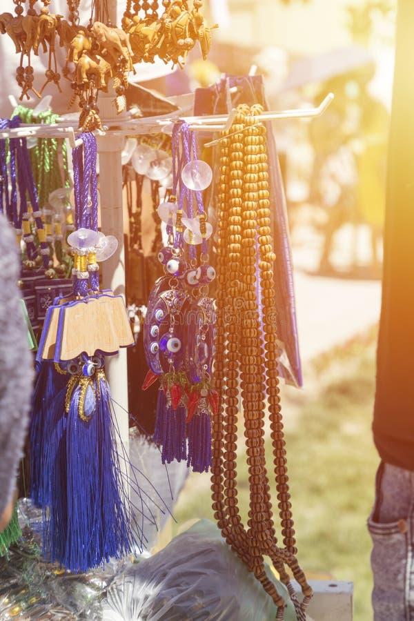 Шарики Tasbeeh Tasbih отбортовывает мусульманскую молитву Продавать tasbeehs Под открытым небом рынок торгуя с шариками молитве стоковая фотография