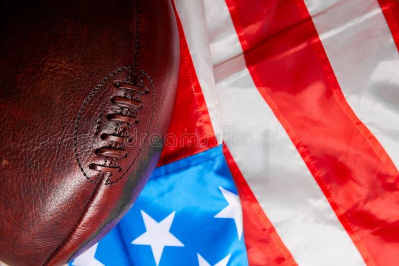 Шарик американского футбола и флаг государственного флага США стоковые изображения rf