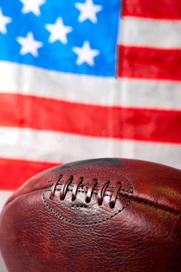 Шарик американского футбола и флаг государственного флага США стоковое изображение rf