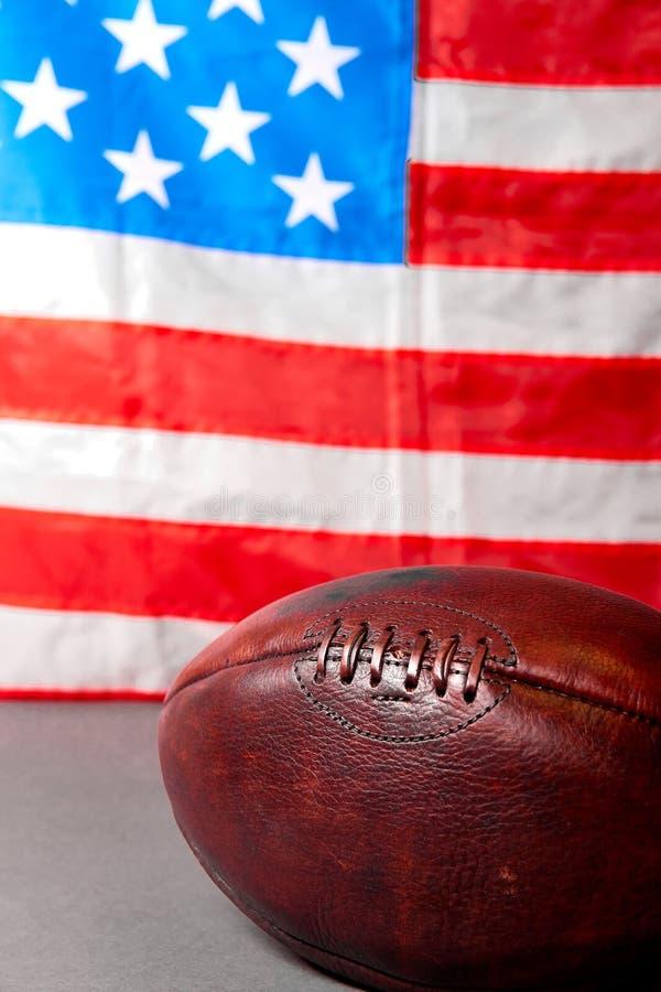 Шарик американского футбола и флаг государственного флага США стоковые фото