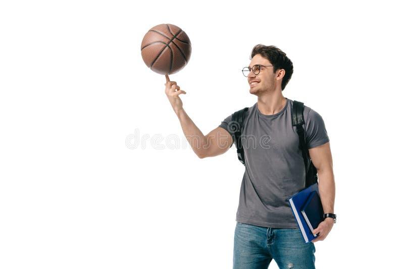 шарик баскетбола счастливого красивого студента закручивая на пальце стоковое фото rf