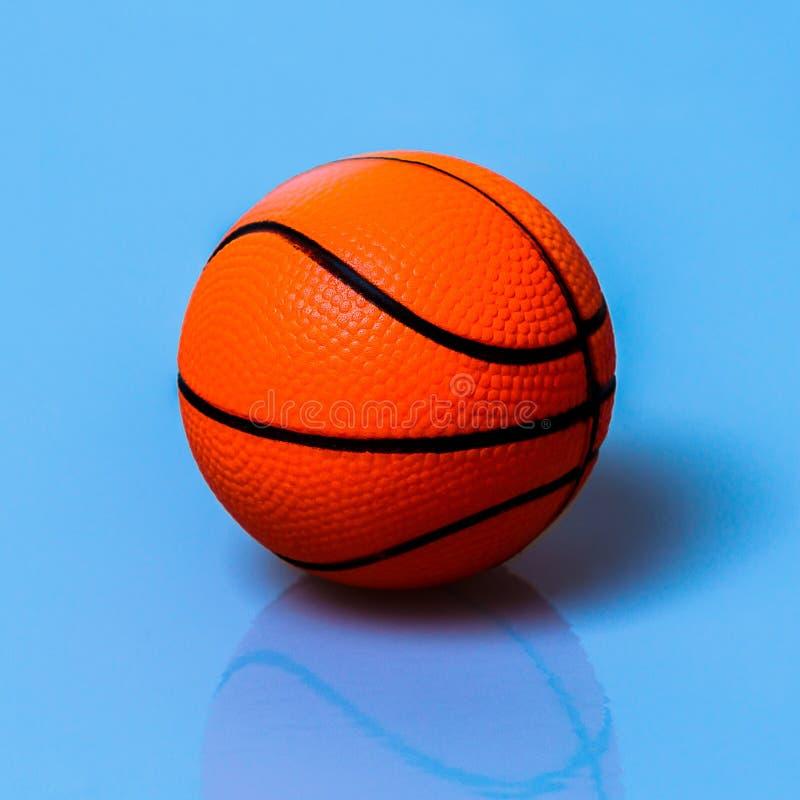 Шарик баскетбола думмичный оранжевого цвета стоковая фотография