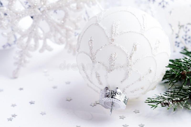 Шарик белого рождества, ветвь ели и снежинка на белом bacground стоковое изображение rf