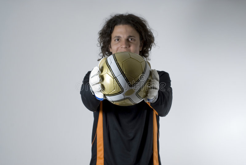 шарик держа горизонтальный футбол человека стоковая фотография