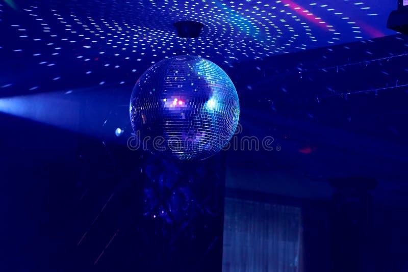 Шарик диско зеркала на партии музыки стоковые фотографии rf