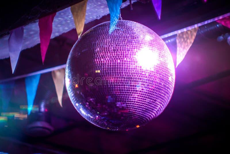 Шарик диско на партии Красивый фиолетовый свет, отраженные лучи стоковое фото