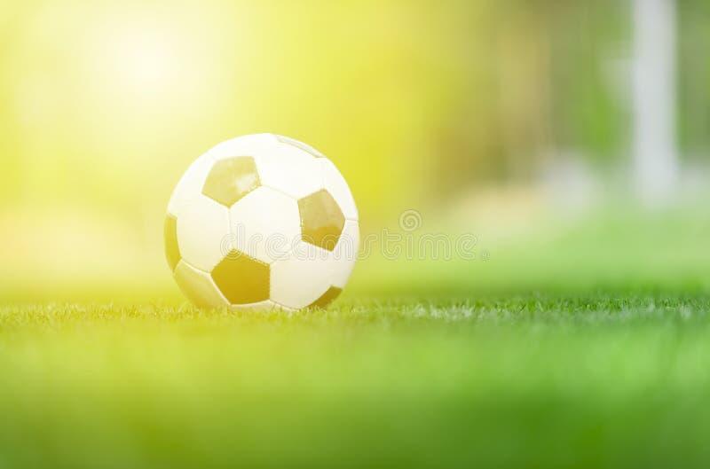 Шарик для футбола футбола улицы под светом луча захода солнца стоковые фото