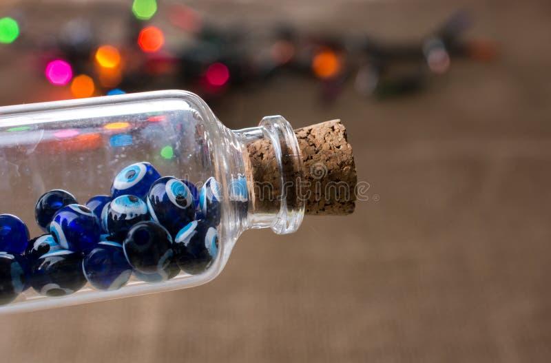 Шарик дурного глаза в бутылке как сувенир стоковое изображение