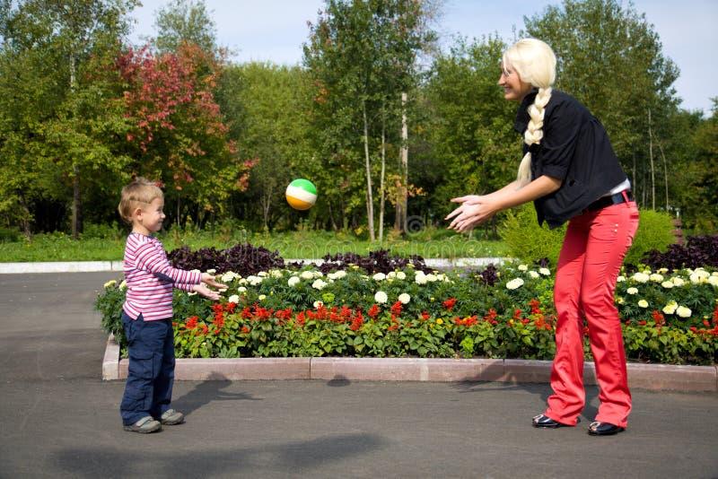 шарик ее мать играя сынка стоковая фотография