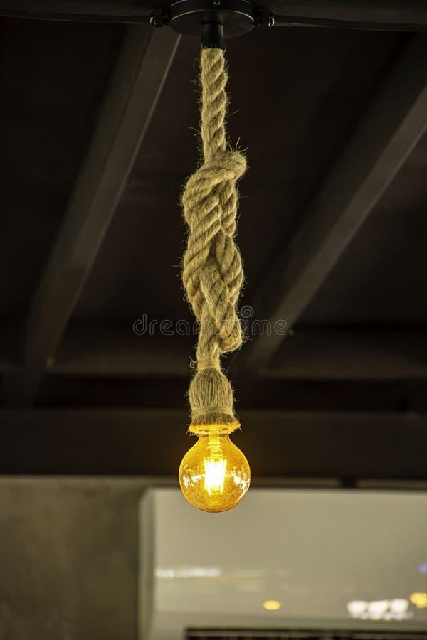 Шарик желтого света сфера вися с веревочкой стоковая фотография