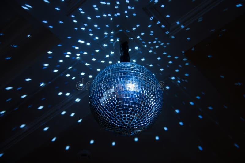 Шарик диско, голубой свет в ночном клубе. Крытый иллюстрация вектора