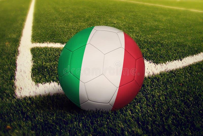 Шарик Италии на положении углового удара, предпосылке футбольного поля Национальная тема футбола на зеленой траве стоковая фотография rf