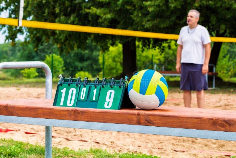 Шарик и результат волейбола всходят на борт около сети волейбола стоковые фотографии rf