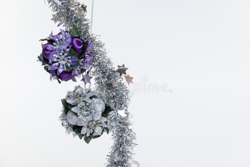 Шарик и серебр украшения рождественской елки голубые на белой изолированной предпосылке стоковое изображение rf