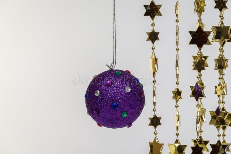 Шарик и серебр украшения рождественской елки голубые на белой изолированной предпосылке стоковые изображения