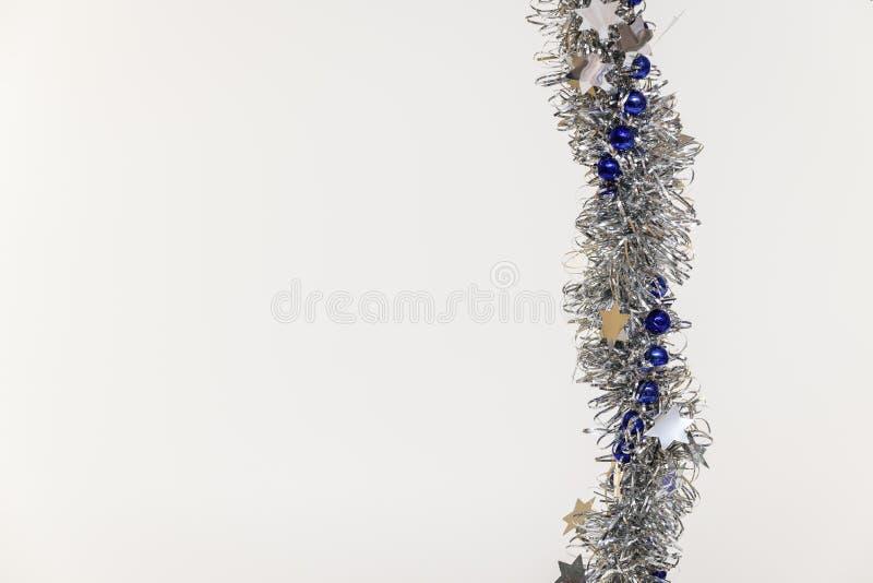 Шарик и серебр украшения рождественской елки голубые на белой изолированной предпосылке стоковое фото rf