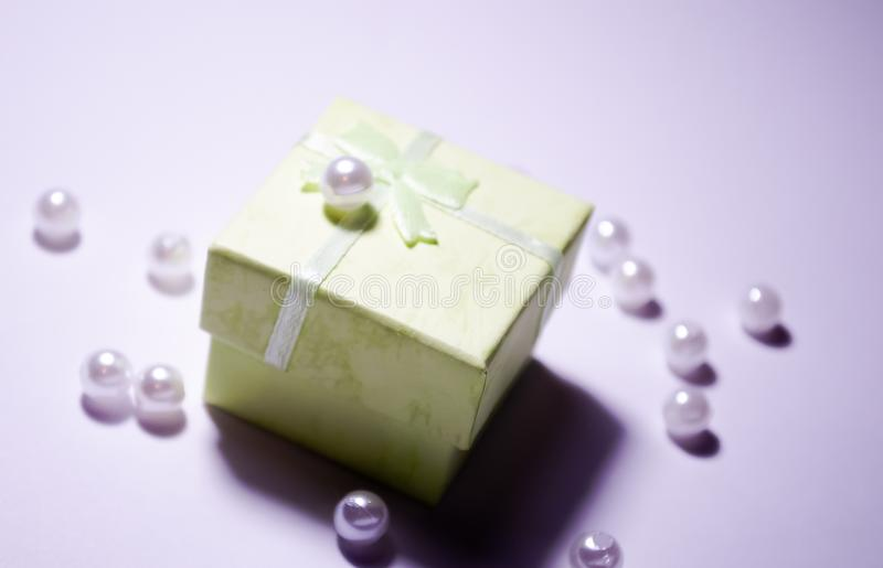 Шарик на коробке Пластиковый шарик E отбортовывает белизну r r o стоковое фото rf