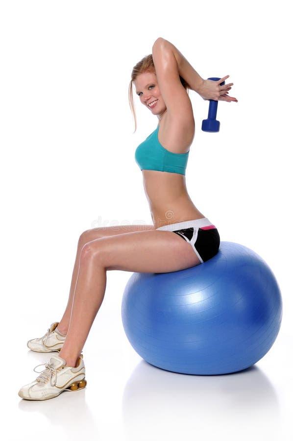 шарик работая женщину пригодности сидя стоковое изображение rf