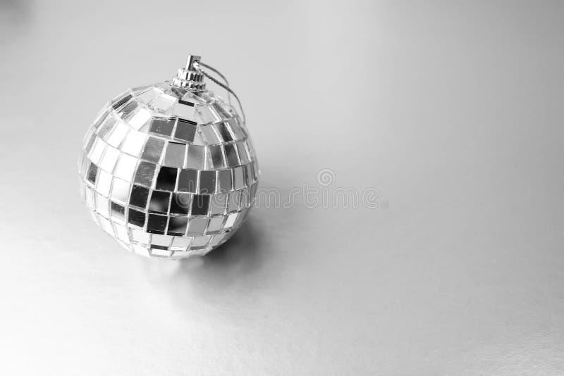 Шарик рождества xmas серебряного шарика диско клуба музыки зеркала праздничный, игрушка рождества заштукатуренная дальше сверкнае стоковая фотография rf