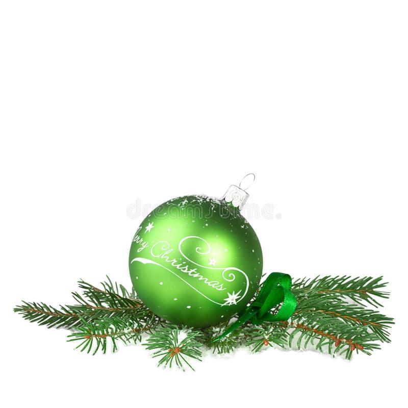 Шарик рождества зеленый при ветвь ели изолированная на белизне стоковые изображения rf