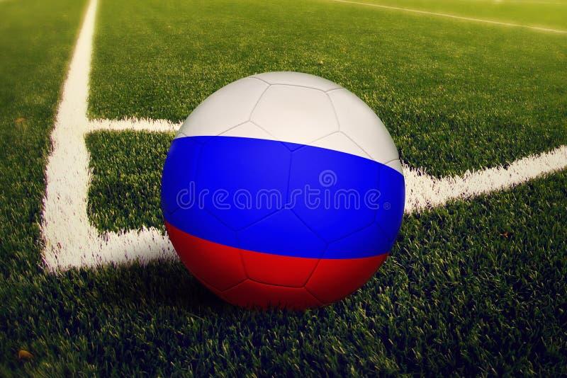 Шарик России на положении углового удара, предпосылке футбольного поля Национальная тема футбола на зеленой траве стоковые фото