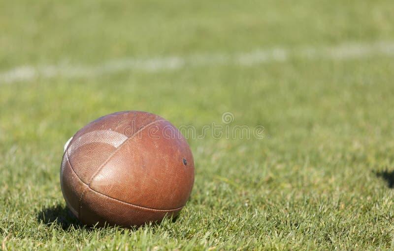 Шарик рэгби на зеленой траве стоковое фото rf