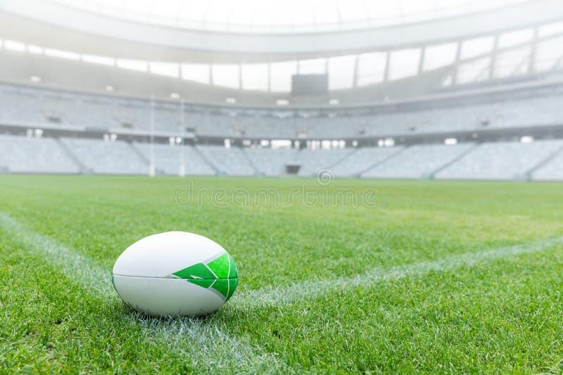 Шарик рэгби на траве в стадионе стоковые фотографии rf