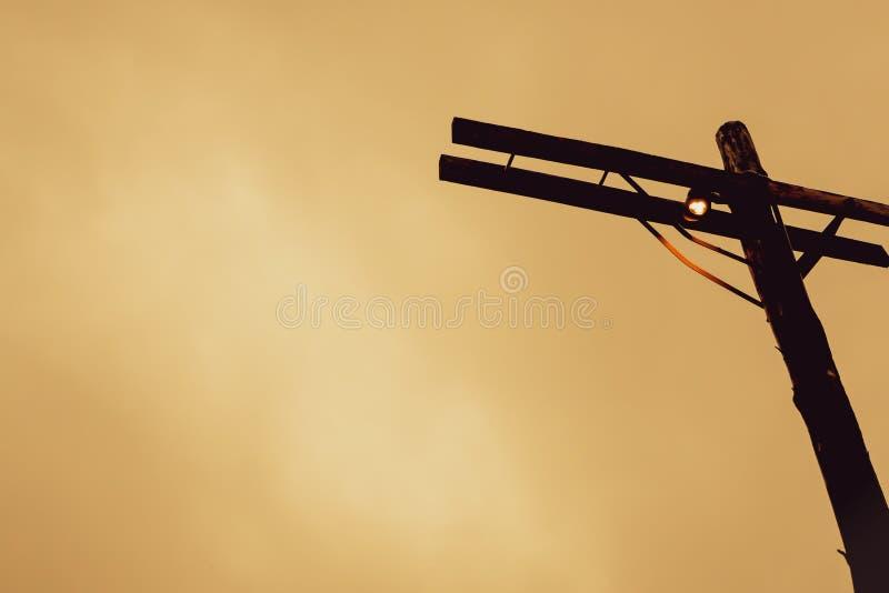 Шарик старой винтажной лампы железной дороги маленький небольшой на идее ремесленничества дизайна деревянной деревянной уличной м стоковое фото rf