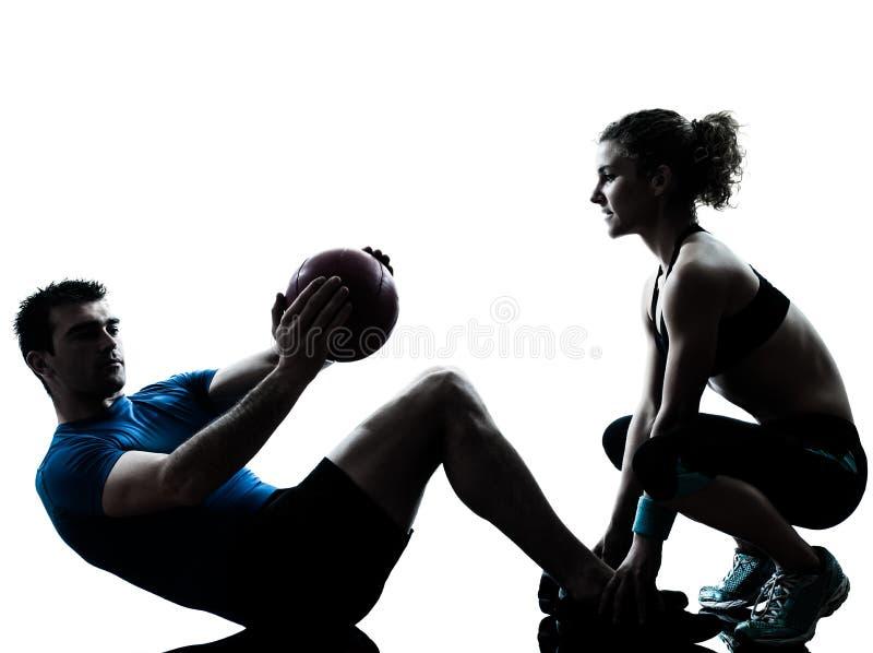 Шарик пригодности разминки работая весов женщины человека стоковое изображение rf