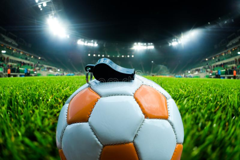 Шарик футбола с свистком на траве на футбольном стадионе стоковые изображения rf