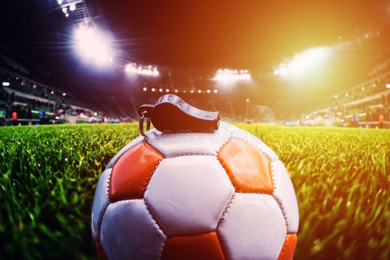 Шарик футбола с свистком на траве на футбольном стадионе, sunli стоковые изображения rf