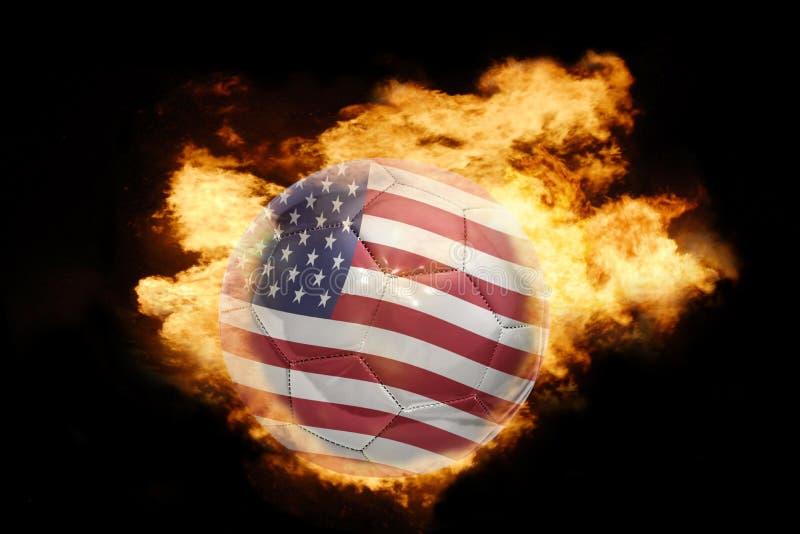 Шарик футбола с флагом Соединенных Штатов Америки на огне стоковые фотографии rf