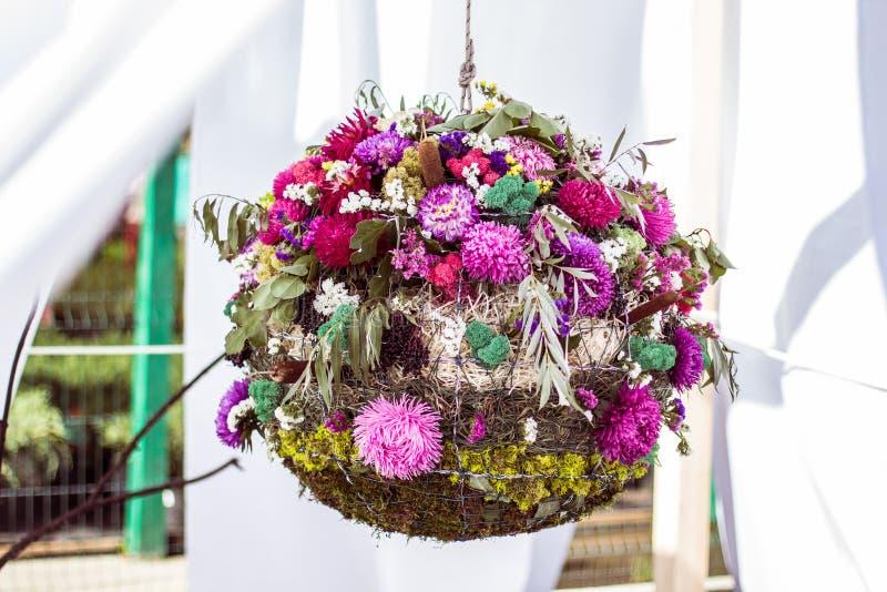 Шарик цветков, мухы и травы Дизайн сада и террасы стоковые фотографии rf