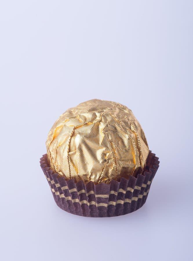 Шарик шоколада в бумаге сусального золота на предпосылке стоковая фотография rf