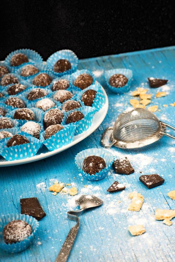 Шарик шоколада в сине-белой корзине бумаги точки стоковые изображения