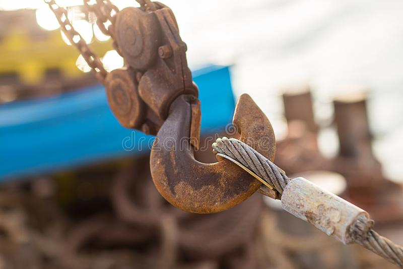 Шарнирное соединение и соединение со стальным кабелем при установке структур на открытом воздухе Ржавый слинг с крюком стоковые изображения rf