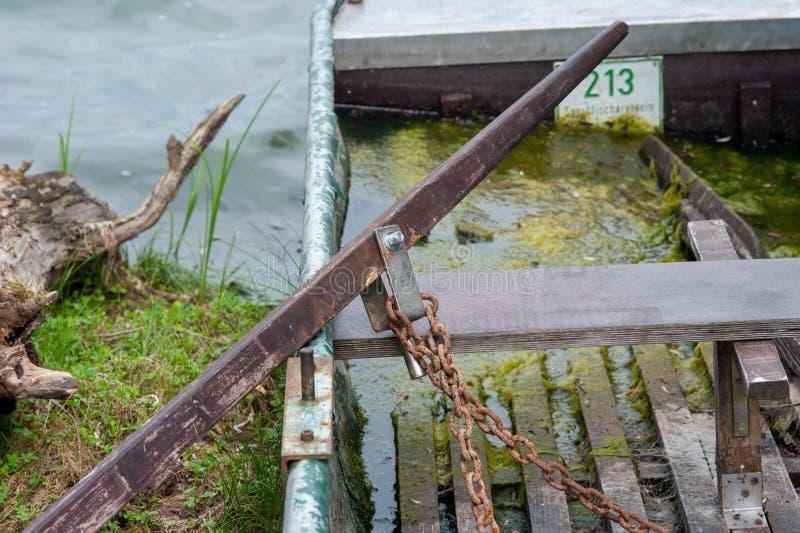 Шарнирное соединение и череп на водорослях заполнили rowboat стоковое изображение rf