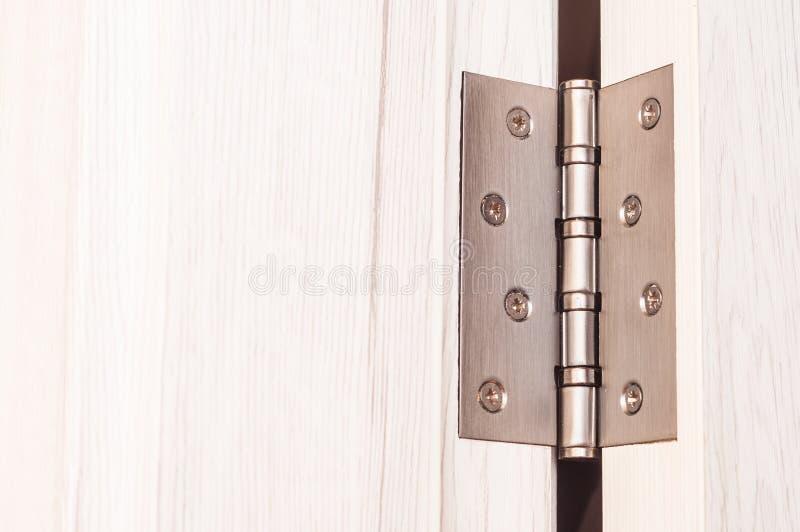 Шарниры двери Шарниры для деревянных дверей в интерьере стоковая фотография rf