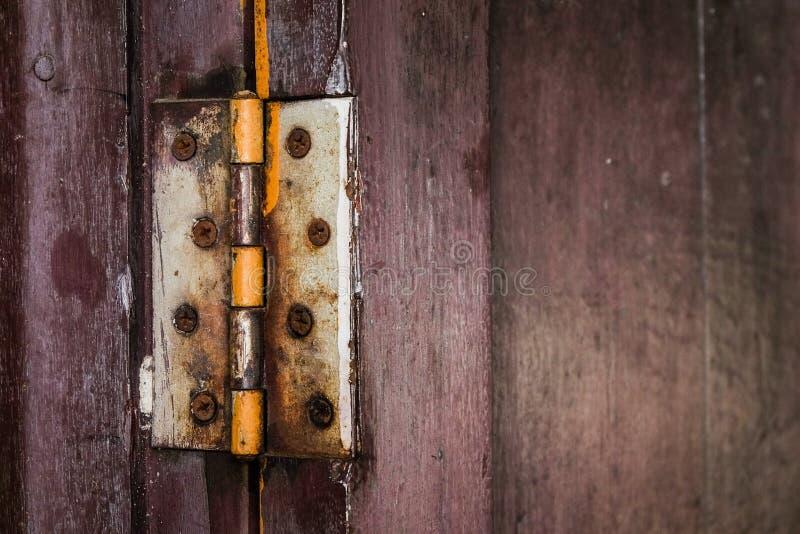 Шарнир ржавчины на старой деревянной двери стоковая фотография rf