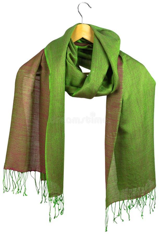 шарф Желт-зеленых женщин silk на вешалке стоковая фотография rf