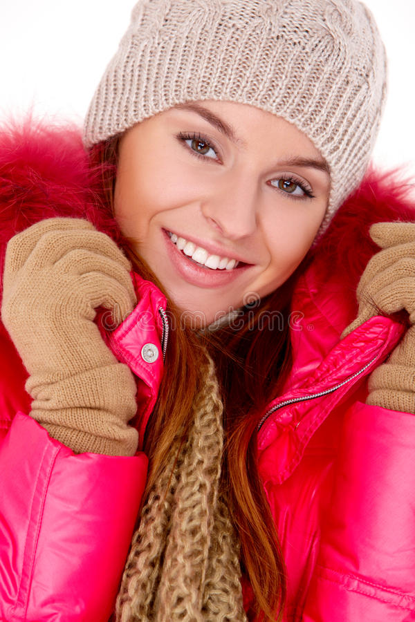 Шарф и крышка куртки зимы молодой женщины нося стоковая фотография