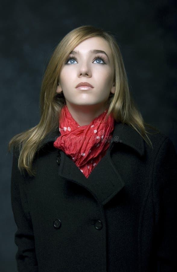 шарф красного цвета девушки стоковое фото rf