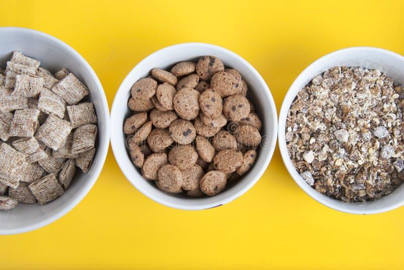 Шары всех muesli, granola и oatmeals зерна с космосом экземпляра Изолировано на желтой предпосылке Взгляд сверху Ежедневная еда з стоковые изображения rf