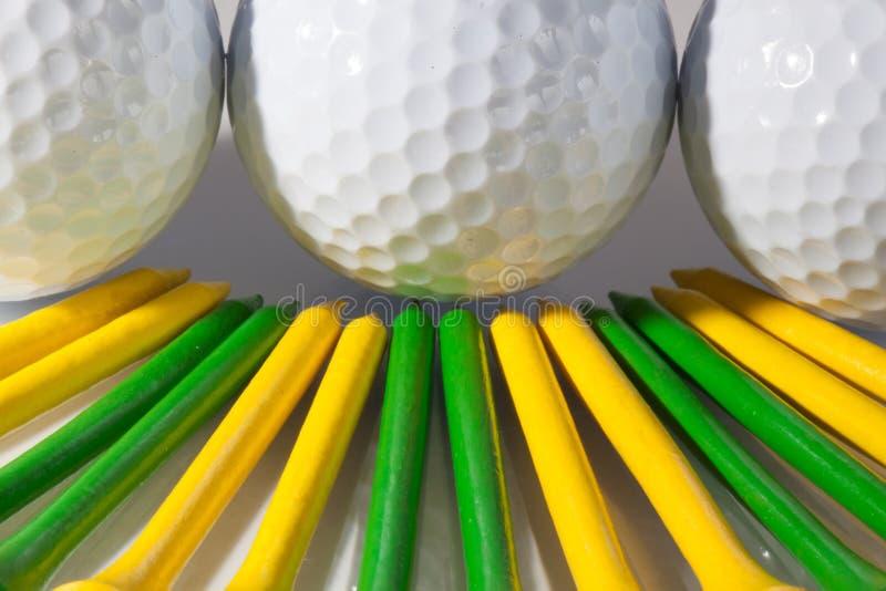 Шары для игры в гольф и тройники стоковое изображение