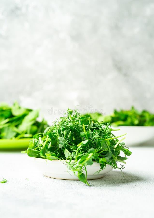 Шары со смешанными shredded листьями салата на белой предпосылке стоковые изображения rf