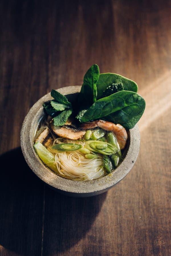 Шар азиатского супа лапши с палочками стоковое фото