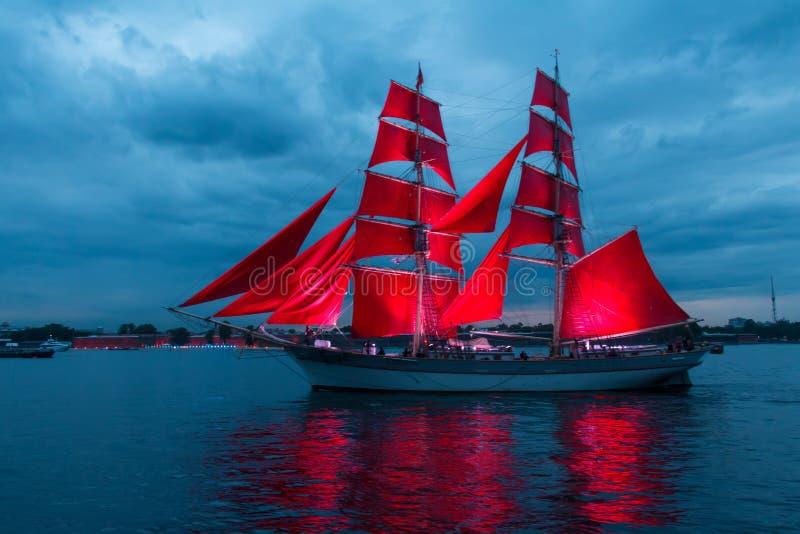 Шарлах плавает торжество в Санкт-Петербурге стоковое изображение rf